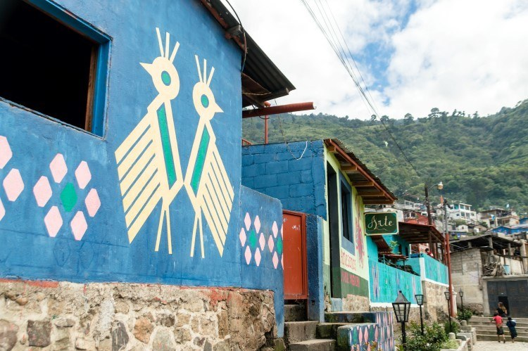 See the huipil-inspired painting of the houses in Santa Catarina Palopo, an unmissable thing to do in Guatemala if you wish to learn more about local communities