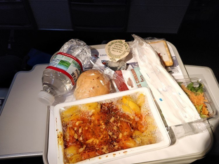 Overuse of single-use plastic on an American Airlines flight to Guatemala: a real obstacle to eco travel